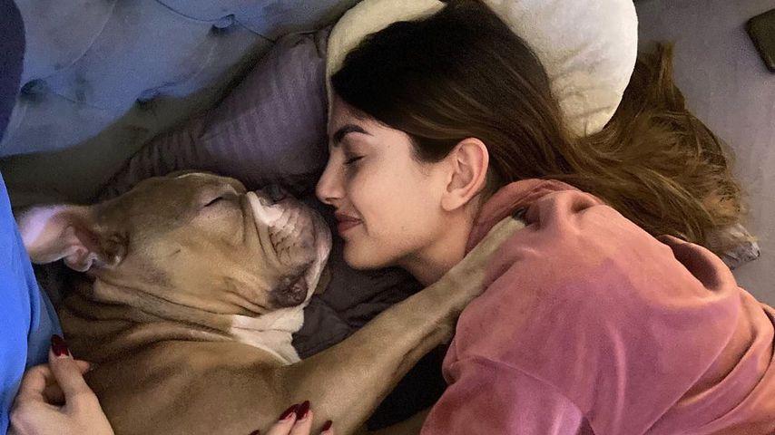 Yeliz Koc mit ihrer Hündin Luna