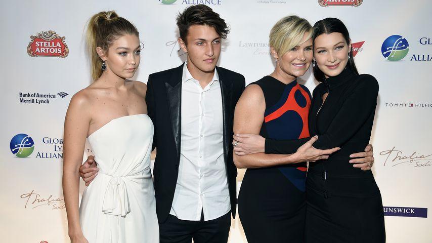 """Yolanda Hadid mit ihren Kindern Gigi, Anwar und Bella bei der """"Uniting for a Lyme-Free World""""-Gala"""