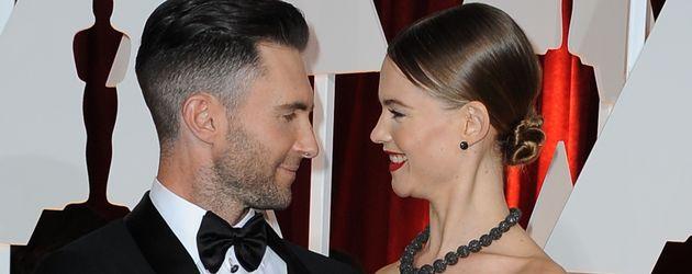 Adam Levine und Behati Prinsloo bei den Oscars 2015