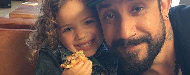 Ava McLean mit ihrem Papa AJ