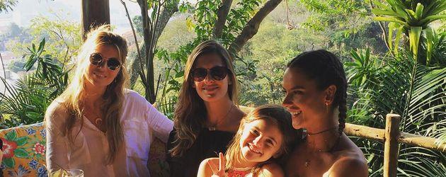 Alessandra Ambrosio mit Freunden und Tochter Anja bei einem Lunch in Rio de Janeiro