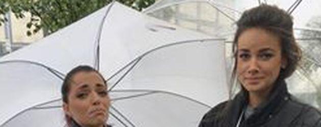 Anne Menden und Janina Uhse im Regen