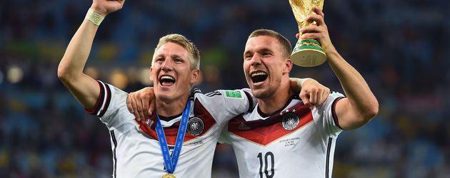 Bastian Schweinsteiger und Lukas Podolski nach dem WM-Sieg 2014