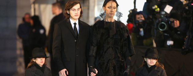 Celine Dion mit ihren Söhnen auf der Beerdigung von René Angélil