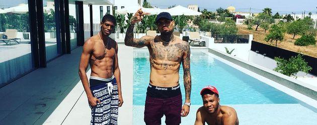 Chris Brown mit Freunden vor einem Ferienhaus auf Ibiza