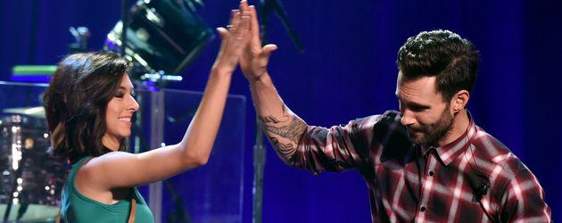 Christina Grimmie und Adam Levine gemeinsam auf der Bühne in Burbank, Kalifornien