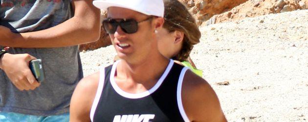 Cristiano Ronaldo im pinken Badehöschen am Strand von Ibiza