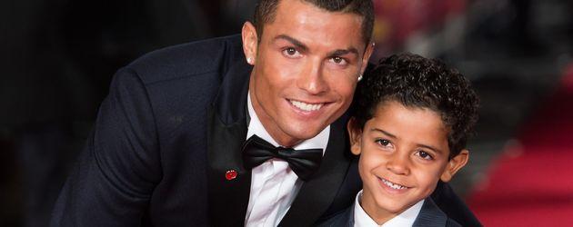 "Cristiano Ronaldo mit seinem Sohn Cristiano Ronaldo Jr. bei der Premiere des Films ""Ronaldo"""