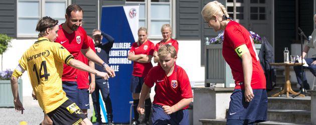 Die norwegischen Royals bei einem Fußballspiel