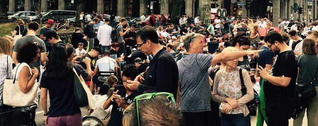 Dutzende Menschen blockieren die Königsallee in Düsseldorf