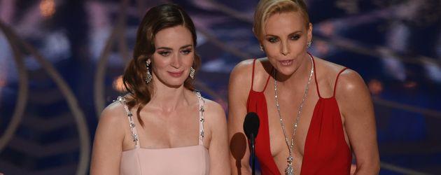 Emily Blunt und Charlize Theron bei der Oscar-Verleihung 2016