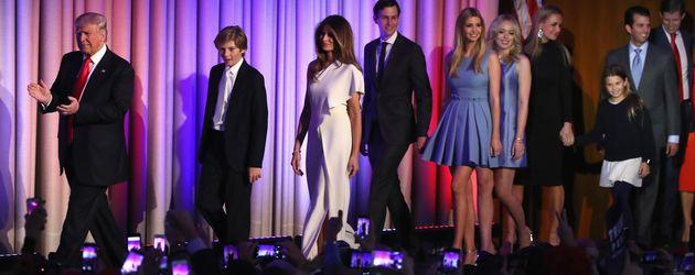 Familie Trump mit dem zukünftigen Präsidenten auf der Bühne