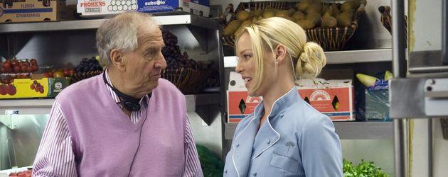Garry Marshall mit Katherine Heigl an einem Filmset
