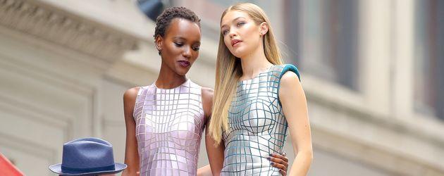 Gigi Hadid (r.) mit einer Model-Kollegin