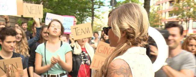 Gina-Lisa bei ihren Fans vor dem Amtsgericht Berlin-Tiergarten