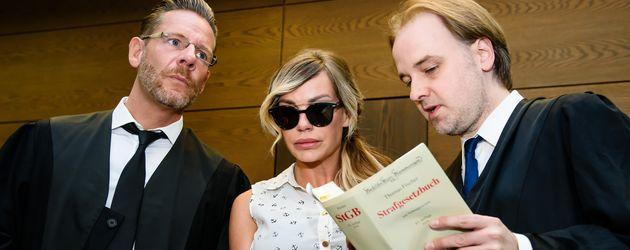 Gina-Lisa Lohfink mit ihren Anwälten während einer Gerichtsverhandlung im Juni 2016