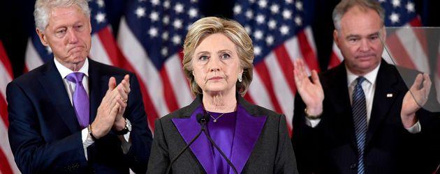 Hillary Clinton mit Ehemann Bill nach der Niederlage gegen Trump
