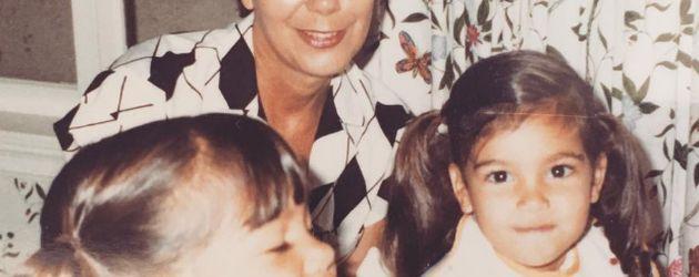 Kim Kardashian (r.) mit ihrer Schwester Kourtney (l.) und Großmutter Mary Jo Shannon