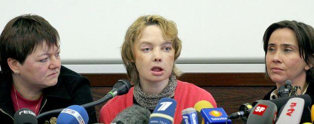 Isabelle Dinoire gibt eine Pressekonferenz nach erfolreicher Operation