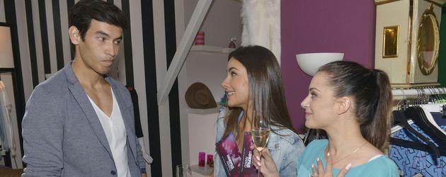 Iskander Madjitov mit Janina Uhse und Anne Menden am GZSZ-Set