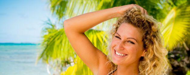 Janni Hönscheid am Strand von Tahiti