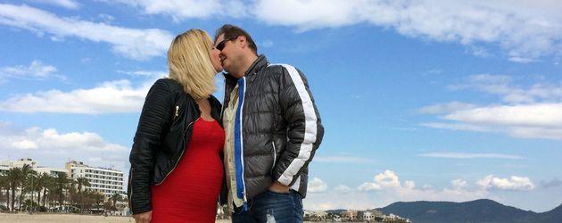 Jens Büchner küsst seine schwangere Daniela