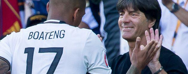 Jérôme Boateng und Jogi Löw bei der Auswechslung des Abwehrspielers beim EM-Achtelfinale
