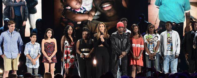 Jessica Alba mit Angehörigen von Schusswaffenopfern bei den Teen Choice Awards 2016