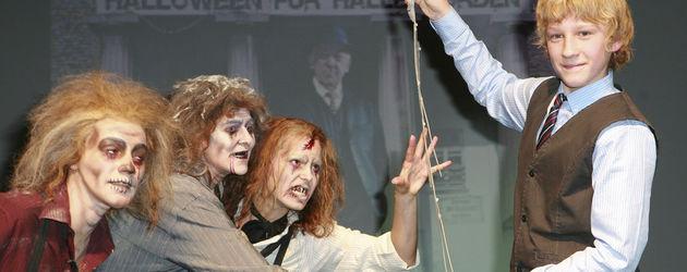 Johannes Hallervorden mit drei Zombies auf der Bühne