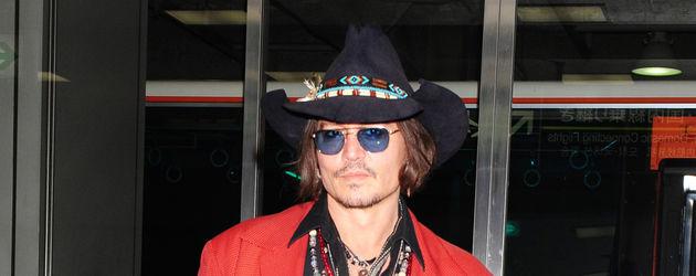 Johnny Depp w czerwonej marynarce