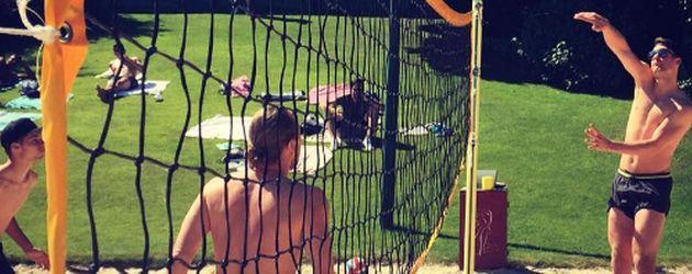 Julian Weigl und Manuel Neuer bei einem Beachvolleyball-Match