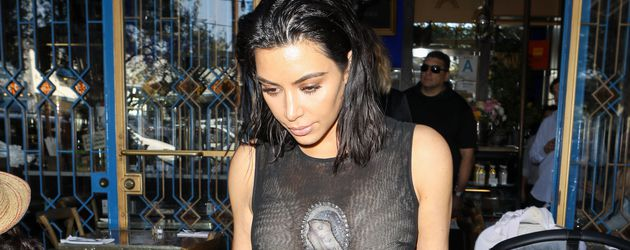 Kim Kardashian in einem Restaurant in Los Angeles