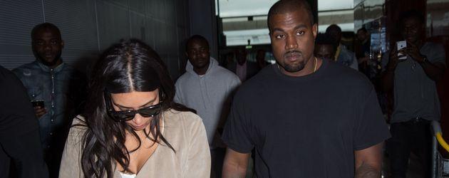 Kim Kardashian und Kanye West am Flughafen von Paris