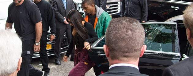 Kim Kardashian und Kanye West, umringt von Bodyguards, in New York