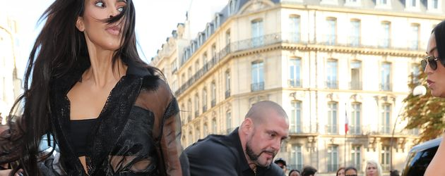 Kim Kardashian wird von Bodyguard Pascal Deuvier vor Stalker beschützt