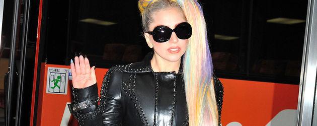 Lady GaGa mit Regenbogen-Haaren und Leder-Kluft