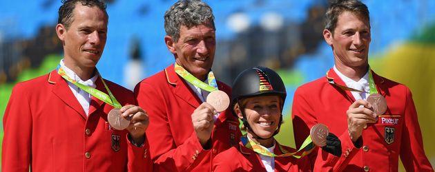 Ludger Beerbaum (2. v. l.) mit dem deutschen Reit-Team bei den Olympischen Spielen 2016