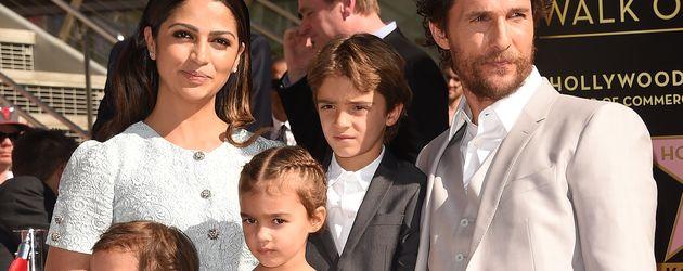 Matthew McConaughey, Camila Alves und ihre Kinder auf dem Walk Of Fame, 2014