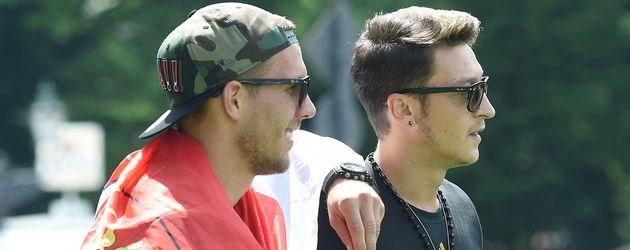 Lukas Podolski (l.) und Mesut Özil (r.) auf der Fanmeile in Berlin 2015