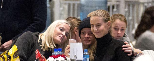 Mette-Marit von Norwegen, ihr Sohn Marius Borg Høiby und Linn Helena bei einem Event