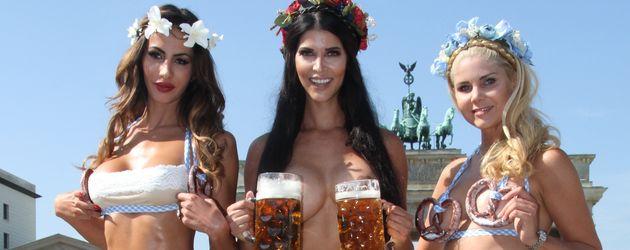 Micaela Schäfer mit Janina Youssefian und Yvonne Woelke vorm Brandenburger Tor