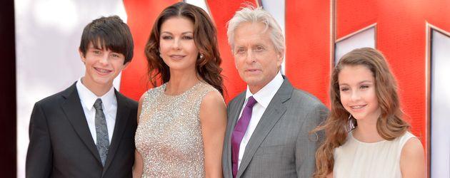 Michael Douglas und Catherine Zeta-Jones mit ihren Kindern auf einer Filmpremiere