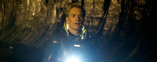 Michael Fassbender mit Taschenlampe