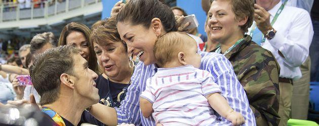 Michael Phelps mit seiner Mutter Deborah Phelps, seiner Verlobten Nicole Johnson und Sohn Boomer
