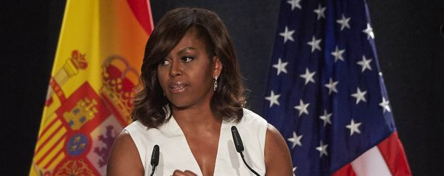 "Michelle Obama bei einer Rede für ihre Organisation ""Let Girls Learn"""