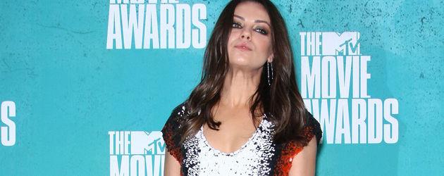 Mila Kunis schaut von oben herab