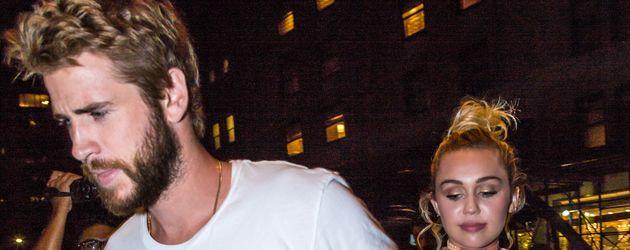 """Miley Cyrus und Liam Hemsworth beim Verlassen des New Yorker """"Crosby Hotels"""""""