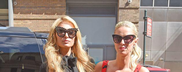 Paris und Nicky Hilton bei der New Yorker Fashion Week