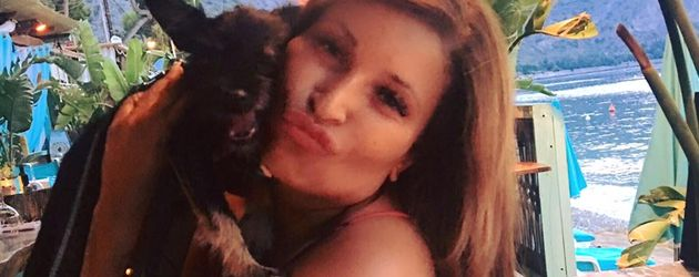 Patricia Blanco knuddelt Hund Joker