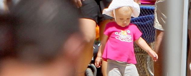 Pinks Tochter kann schon laufen